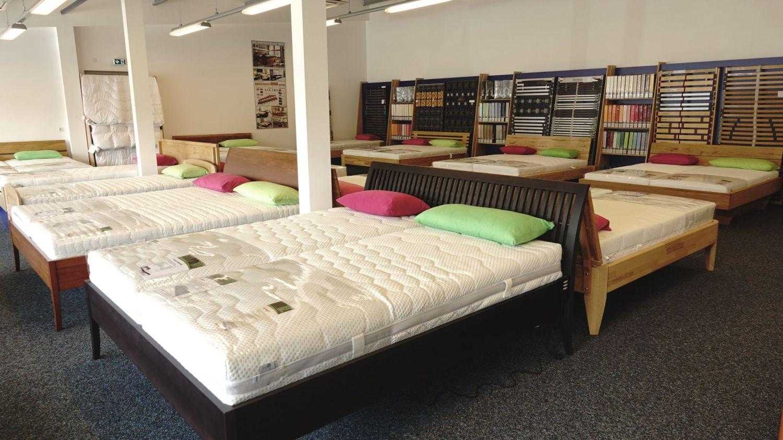 Ein Blick in die Ausstellungsflaeche der FIrma Ultes in Landstuhl. Bettgestelle und Matratzen.